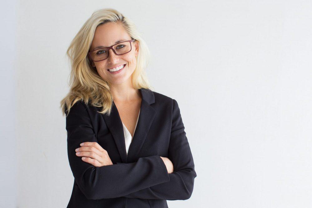 consultante blonde a lunettes sourit à la caméra