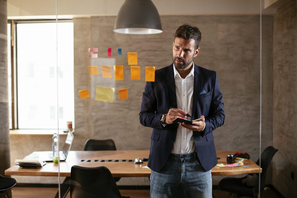 indépendant réfléchie à sa stratégie commerciale dans une salle de travail